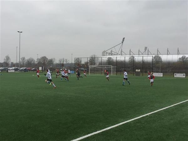 Bon Boys JO13-2 probeert nieuwe opstelling  tegen SV Almelo JO13-1